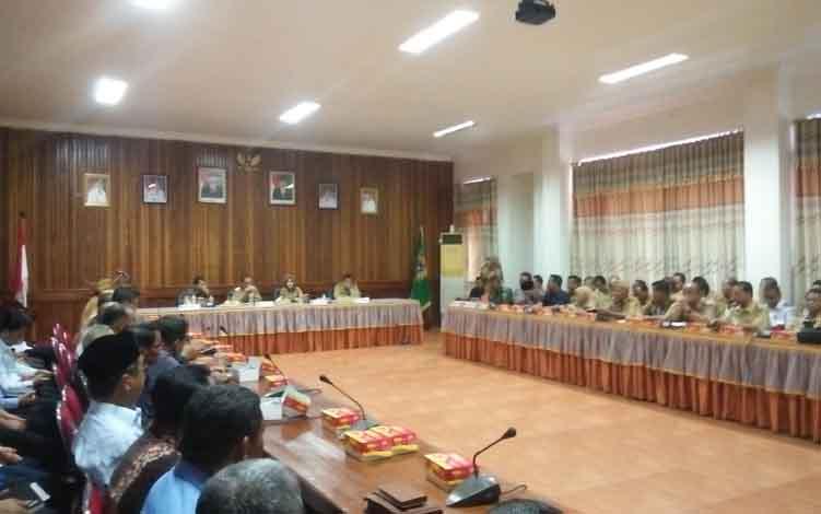 Bupati Seruyan Yulhaidir dan Wakil Bupati Hj Iswanti ketika memimpin rapat rencana pembentukan provinsi Kotawaringin Raya di aula Kantor Bupati Seruyan, Selasa 11 Juni 2019.