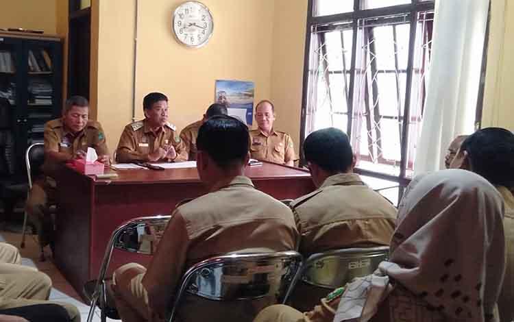 Wakil Bupati Sukamara Ahmadi saat berkunjung ke kantor DinsosPMDPP-PA, Selasa, 11 Juni 2019.