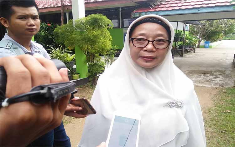 Kepala SMAN 1 Kuala Pembuang, Tuti Sundari