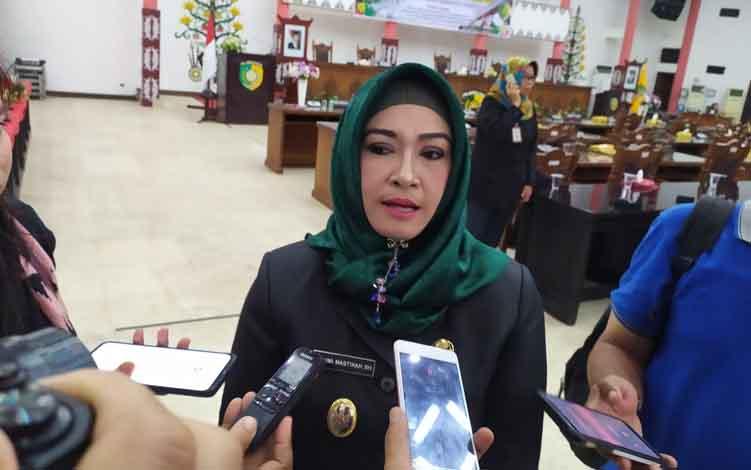 Wakil Wali Kota Palangka Raya, Hj Umi Mastikah  saat diwawancarai usai mengikuti Rapat Paripurna DPRD pada Selasa, 11 Juni 2019.