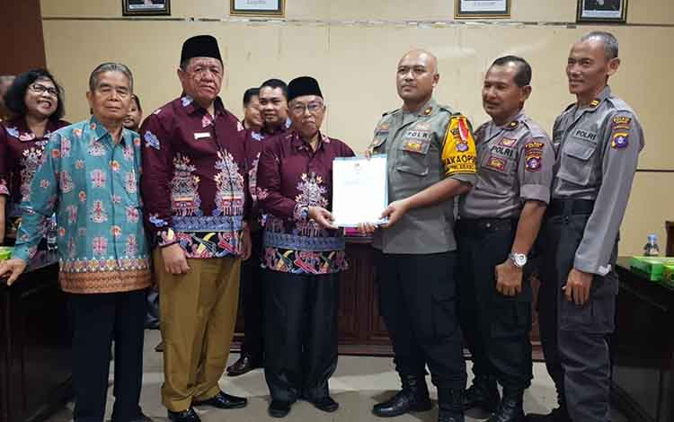 Ketua FKUB Kapuas Masyumi Rivai menyerahkan rekomendasi pembangunan Masjid Al Kautsar kepada Wakapolres Kompol Witdiardi, Rabu, 12 Juni 2019