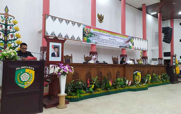 Ketua merangkap Juru Bicara Fraksi Partai Gerindra, DPRD Kota Palangka Raya, Alfian Batnakanti menyampaikan pemandangan fraksi.