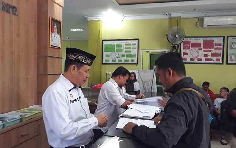 Foto : Kepala Dinas Kependudukan dan Pencatatan Sipil Kotawaringin Barat Gusti Imansyah saat mengaw