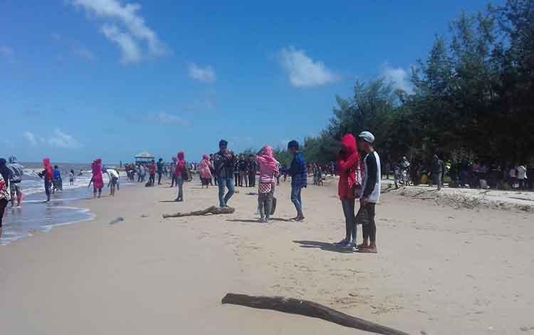Masyarakat saat berkunjung ke wisata Pantai Anugrah pada momen lebaran Idul Fitri 1440 H.