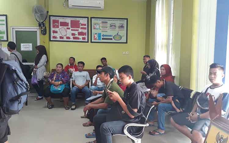 Warga sedang menunggu antrean perekaman KTP elektronik di Diskdukcapil Kobar, Rabu, 12 Juni 2019.