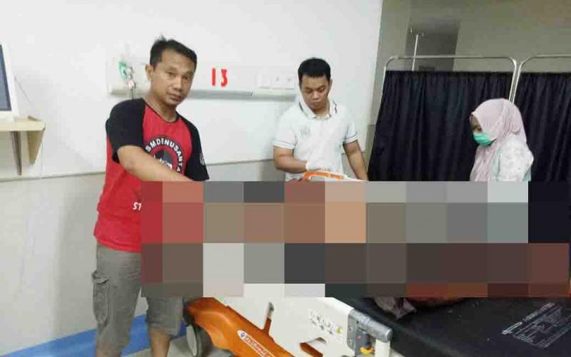 Korban pembacokan ditangani tim medis RSUD Muara Teweh.