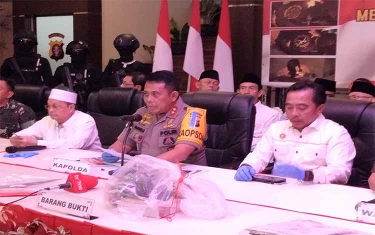 Kapolda Kalteng Irjen Anang Revandoko memberikan keterangan kepada para wartawan, Selasa 11 Juni 2019