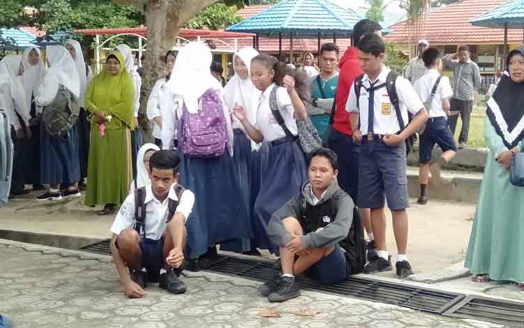 Siswa SMPN 1 Sukamara saat menunggu hasil pengumuman kelulusan.