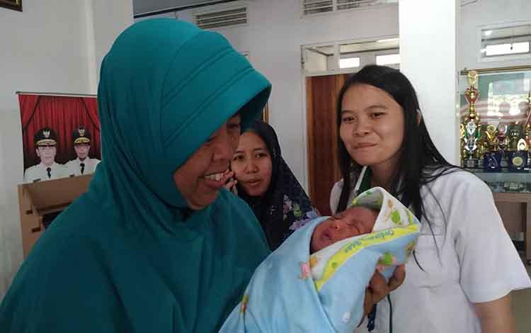 Sila Utami Bhayangkari, bayi yang ditelantarkan ini saat digendong oleh Petugas Dinsos Kota P