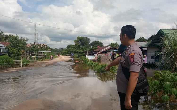 Anggota Polsek Tasik Payawan dan Kamipang pantau lokasi banjir di Petak Bahandang.