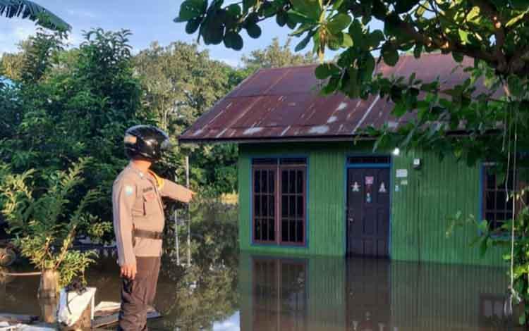 Anggota Polsek Katingan Hilir memantau banjir di Kelurahan Kasongan Lama.
