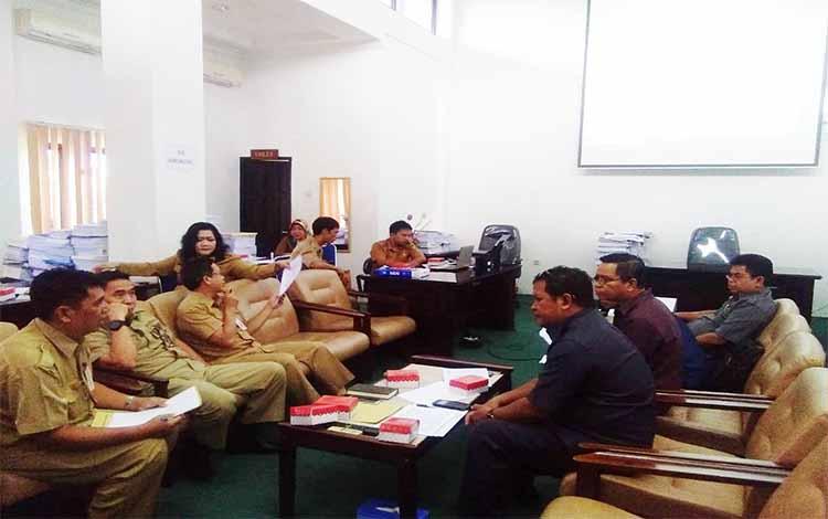 Anggota DPRD Barito Utara beserta dinas rapat membahas KUPA dan PPAS-P tahun anggaran 2019