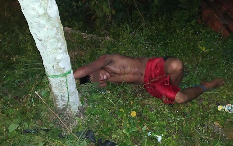 Pemuda diduga stres diikat warga di pohon karena mengamuk di Jalan Simpei Karuhei pada Rabu, 12 Juni