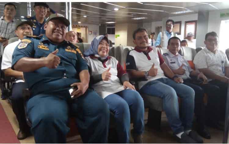 Kepala KSOP Kelas IV Kumai Wahyu Prihanto dan Bupati Kobar Nurhidayah saat memantau armada pengangkut arus mudik Lebaran 2019.