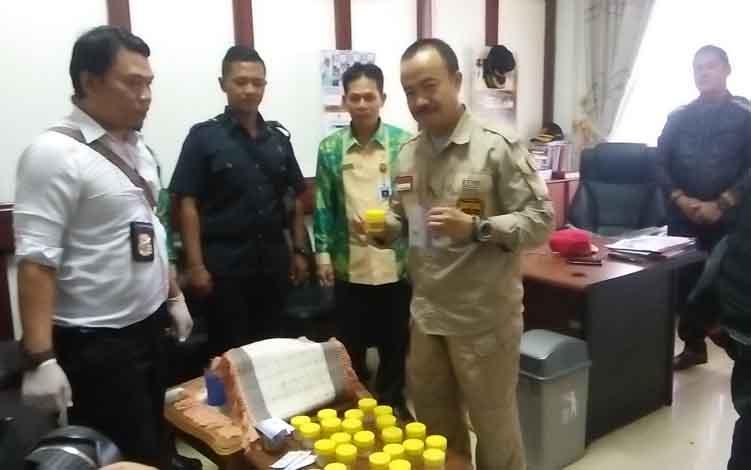Bupati Seruyan Yulhaidir (tengah) ketika dilakukan tes urine di Setda Seruyan, Kamis 13 Juni 2019.