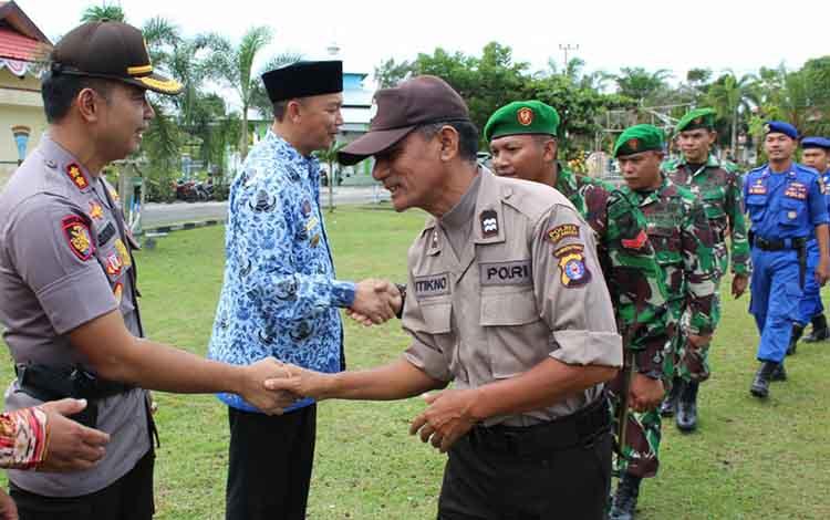 Bupati Sukamara Windu Subagio dan Kapolres Sukamara AKBP Sulistiyono saat bersalaman dengan seluruh peserta apel konsolidasi berakhirnya Operasi Ketupat Telabang, Kamis, 13 Juni 2019.