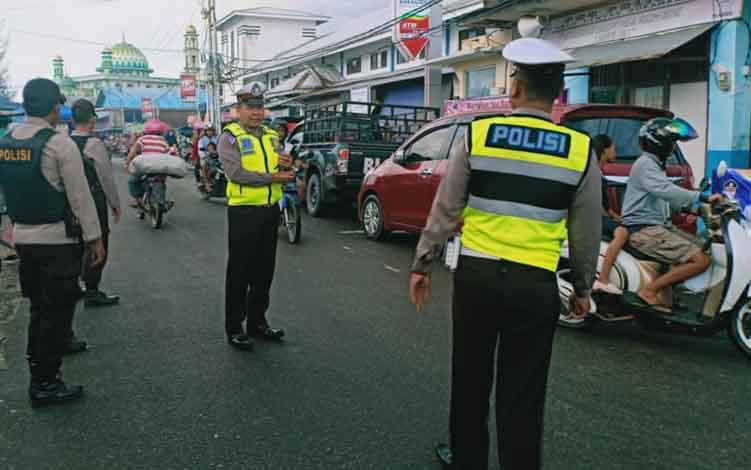 Anggota Polres Sukamara saat melakukan pengamanan pada lalulintas di Pelabun Speed Boat.