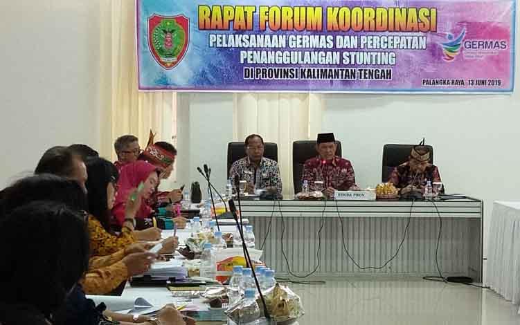 Sekda Kalteng Fakhrizal Fitri memimpin rapat forum koordinasi pelaksanaan Germas dan percepatan penanggulangan stunting di Aula Bappedalitbang Kalteng, Kamis, 13 Juni 2019.