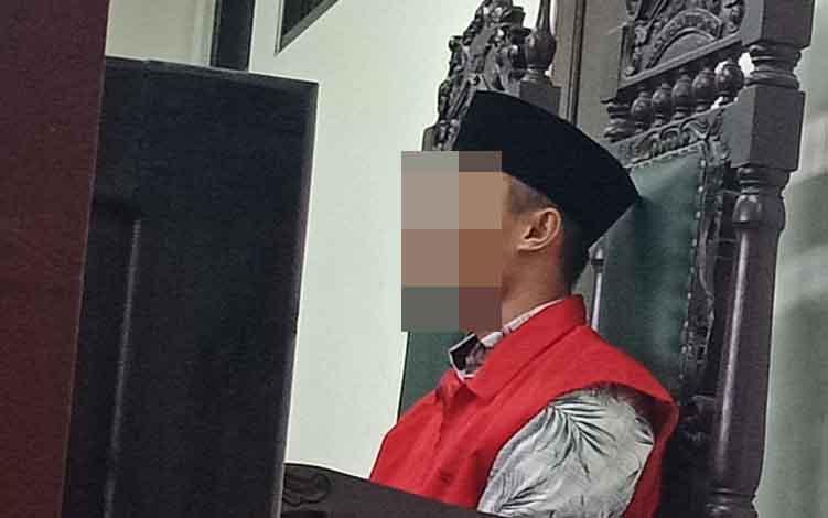 Wanda Tri Putra alias Putra terdakwa kasus pencurian dengan kekerasan saat di Pengadilan Negeri Sampit.