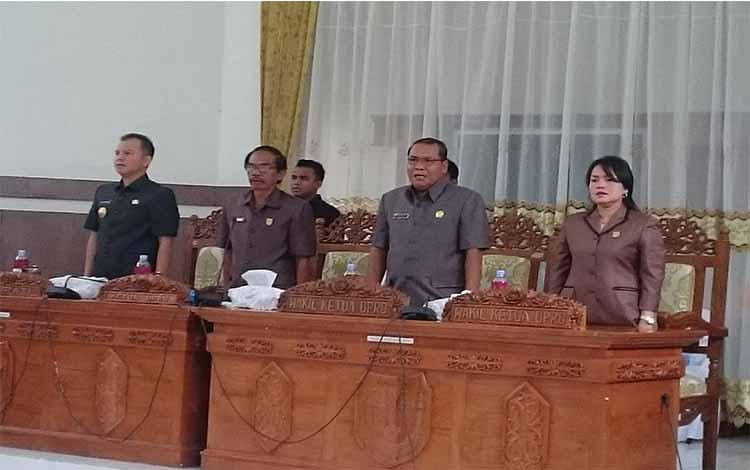 Bupati Gumnung Mas Jaya S Monong, Ketua DPRD saat rapat paripurna