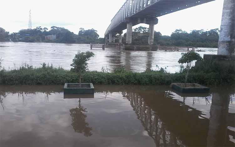 Sungai Katingan bawah Jembatan Sei Katingan di Kasongan ini masih meluap
