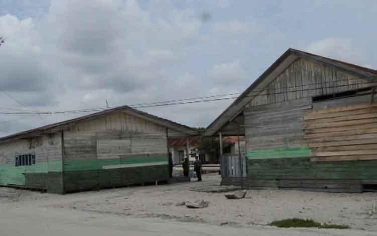 Kondisi bangunan kelas SDN 1 Ujung Pandaran yang dindingnya ditambal dengan kayu seadanya.