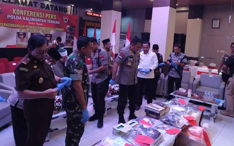 Konfrensi Pers perkembangan penyelidikan terduga teroris di provinsi Kalteng