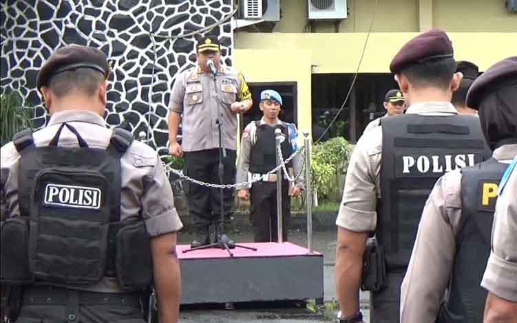 Kapolres Kotim AKBP Mohammad Rommel saat memimpin apel konsolidasi Operasi Ketupat Telabang 2019 dan persiapan pengamanan sidang perselisihan hasil pemilu 2019, Kamis, 13 Juni 2019.