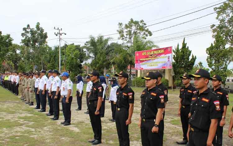 Apel gelar pasukan dalam rangka konsolidasi berakhirnya Operasi Ketupat Telabang, dan persiapan pengamanan sidang perselisihan hasil pemilu di Polres Sukamara, Kamis, 13 Juni 2019.