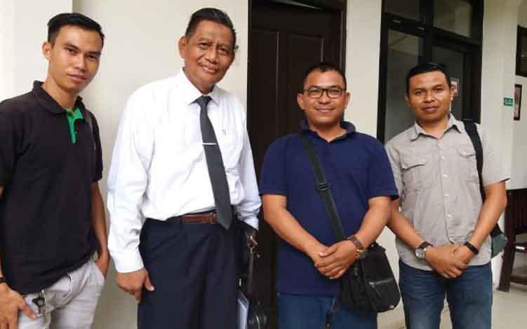 Prof. Dr Mudzakir SH, MH saat di Pengadilan Negeri Sampit bersama awak media.