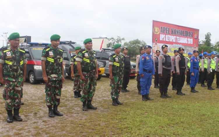 Personel TNI dan Polri mengikuti apel konsolidasi ops ketupat telabang.