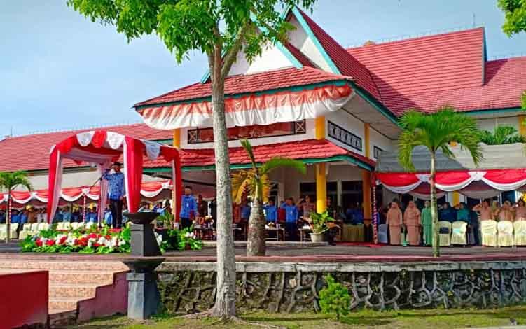 Pemerintah Kabupaten Sukamara saat menggelar Upacara Peringatan Hari Kelahiran Pancasila di halaman Setda, Kamis, 13 Juni 2019.
