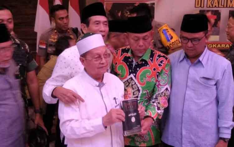Ketua MUI Kalteng KH Anwar Isa (baju putih)