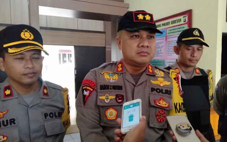 Kapolres Seruyan AKBP Ramon Z Ginting saat diwawancarai wartawan, Kamis, 13 Juni 2019.