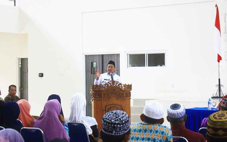 Bupati Pulang Pisau saat memberikan sambutan saat membuka kegiatan manasik haji di Pulang Pisau.