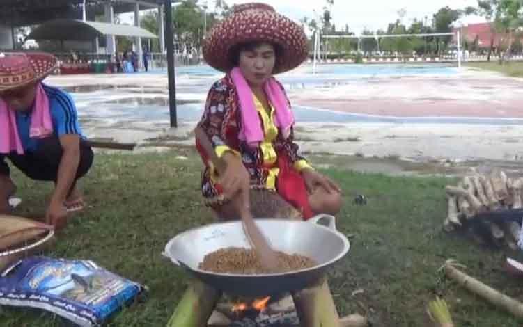 Kegiatan Malamang Festival Budaya Tira Tangka Balang