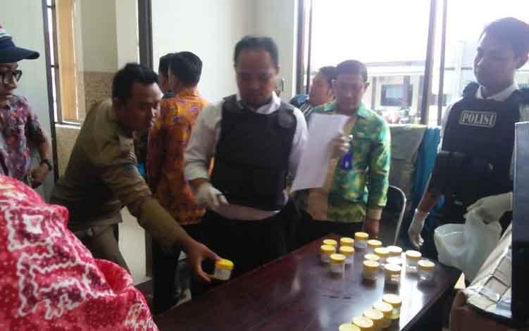 Petugas Badan Narkotika atau BNK Seruyan ketika melakukan tes urine kepada pegawai di kantor Setda Seruyan, Kamis 13 Juni 2019.