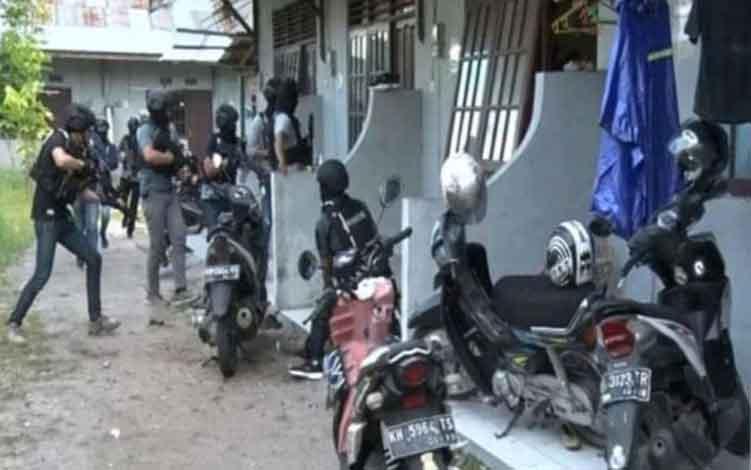 Tim Densus 88 saat menangkap terduga teroris di Kota Palangka Raya, belum lama ini