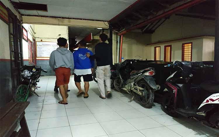 Sukarni dan anaknya dibawa anggota Saterekrim Polres Barito Utara