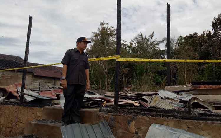Wakil Bupati Murung Raya saat meninjau lokasi kebakaran Desa Mangkahui. Jumat, 14 Juni 2019