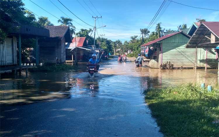 Jalan Sangkurun tergenang air luapan Sungai Kahayan, Jumat pagi, 14 Juni 2019