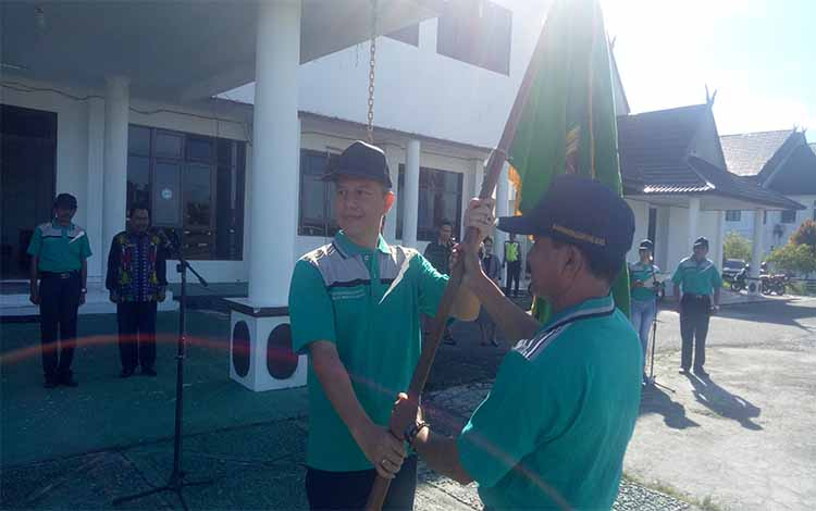 Bupati Jaya S Monong menyerahkan duaja kepada Sekretaris Dinas Pendidikan dan Kebudayaan Kabupaten Gunung Mas, Brikson