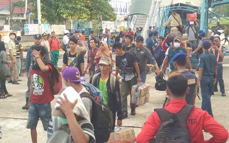 Sejumlah penumpang yang turun di Pelabuhan Sampit, Jumat, 14 Juni 2019.