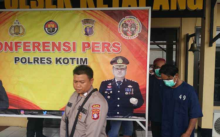 Maling HP yang ditangkap Polsek Ketapang saat digiring untuk dilakukan ekspos, Jumat, 14 Juni 2019.