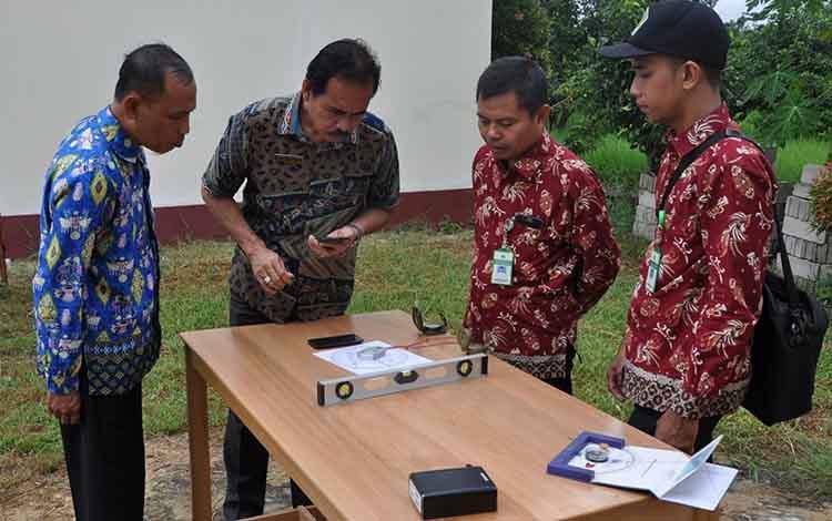 Tim Kemenag Kapuas saat mengukur arah kiblat musala di SMPN 2 Kuala Kapuas, Jumat, 14 Juni 2019.