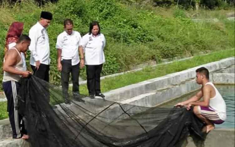 Bupati Sukamara, Windu Subagio dan Kepala Diskan Sukamara Fandedinsaat mengunjungi BBI.