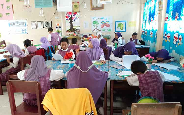 Siswa SDN Mendawai 2 Sukamara saat sedang belajar.