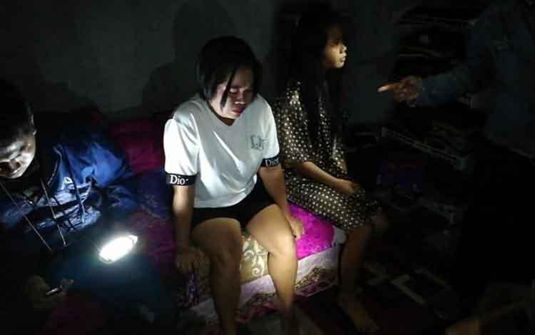 Satnarkoba Polres Kapuas saat mengamankan kedua pelaku (blur) kasus sabu di Desa Timpah, Kecamatan Timpah pada Jumat, 14 Juni 2019.