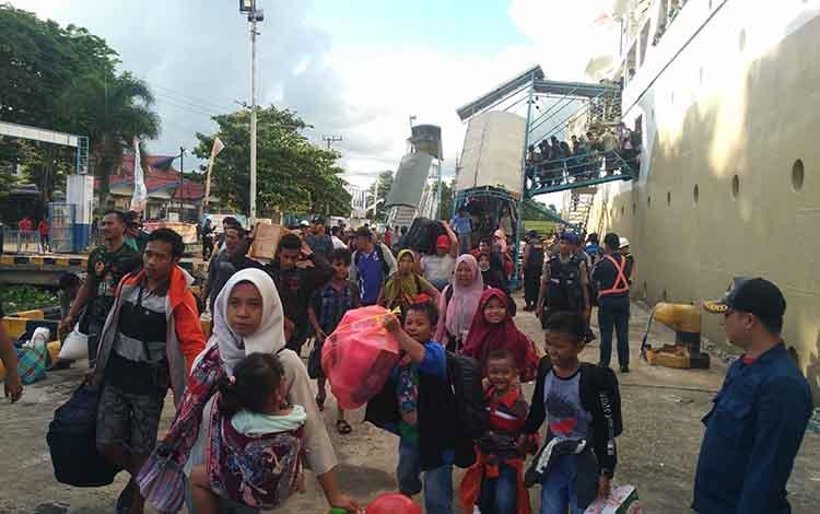 Sejumlah penumpang kapal saat tiba di Pelabuhan Sampit, Jumat, 14 Juni 2019.