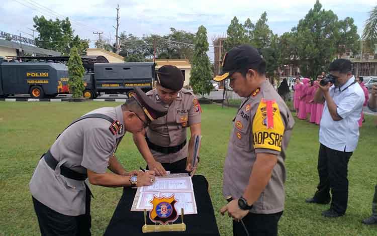 Kapolres Palangka Raya AKBP Timbul RK Siregar saat melakukan serah terima jabatan baru di lingkup Polres Palangka Raya.